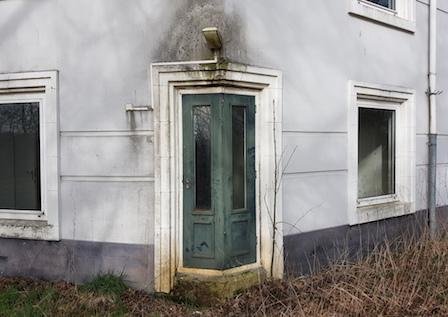 De deur in de hoek